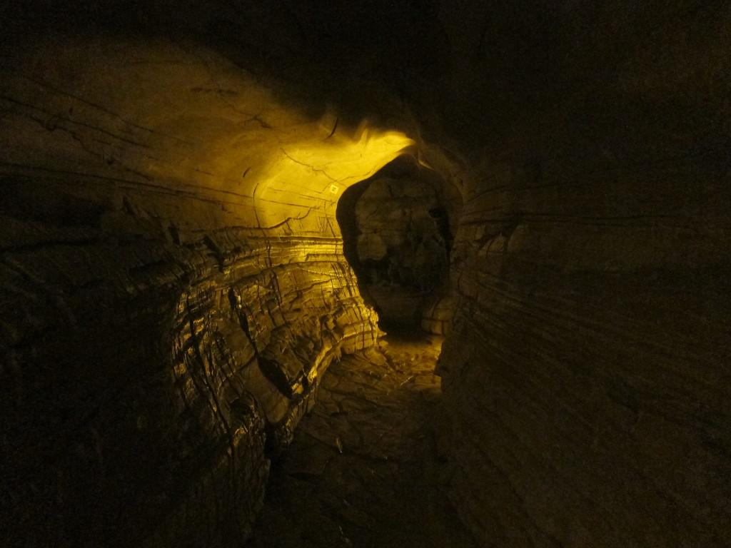 Abstieg in die Belum-Höhlen